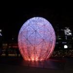六本木ヒルズのイルミネーション「幻想的な「琥珀色」のシンボルオブジェ」