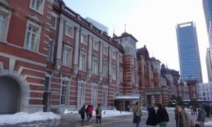 雪景色の東京駅を見る